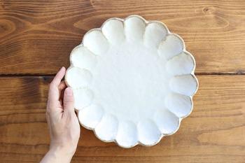 どんなおかずにもオールマイティに使える「白い器」が欲しいけど、ただ白くて丸いお皿は退屈ですよね。でも、この菊花の一皿は、かわいいのにかわい過ぎず、どんなお料理も優しく包み込んでくれるような温かみがあるんです。