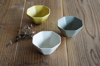 メインのお料理同様、副菜用にもちょっと深さがある小鉢があると便利ですね。先ほどご紹介した豆皿と同じ『STUDIO M'』さんの八角小鉢「白妙」は、そのマットな質感がモダンな印象の器です。
