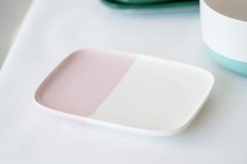 スクエアプレートは可愛らしいピンク色。微妙なバランスで配色が変えられています。