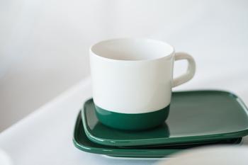 小さな取っ手が付いたコーヒーカップ。スクエアプレートと合わせれば、カップ&ソーサーとして使えます。