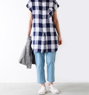 ブロックチェックのシャツワンピにデニムを合わせた爽やかなお出かけコーデにはホワイトのサンダルがお似合い。コーデに明るさと程よい抜け感をプラスしてくれます。