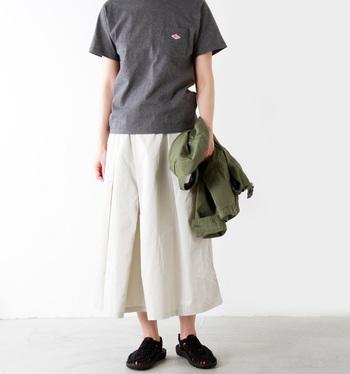 ロングスカートを主役にした、肩の力が抜けた大人のリラックスコーデ。フェミニンで軽やかなロングスカートをブラックのサンダルがきゅっと引き締めています。編み込みデザインは女性らしいコーデにも違和感なく馴染んでくれるのがうれしい◎。