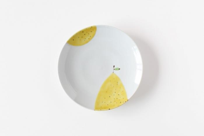 石川県に窯をかまえる陶芸作家・日下華子(くさかはなこ)さんのお皿は、伝統的な九谷焼の技法を用いながら、現代の暮らしに優しく寄り添ってくれる、なんだか心がほっと和む。そんな素敵な一枚です。