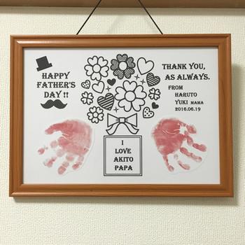 お子さまの手形を押した手作りアート。毎年贈れば少しづつ大きくなっていくお子さまの成長記録にもなりますね。