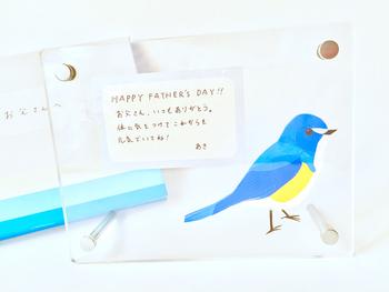 アクリルの写真立てに、父の日のメッセージやお子さまの絵を挟み込んでプレゼントするのもスマートです。