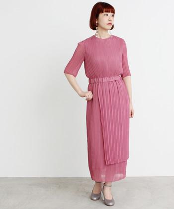 独特の加工に独特のデザインが素敵なドレス。赤系のカラーは、肌色も明るく見せてくれます。