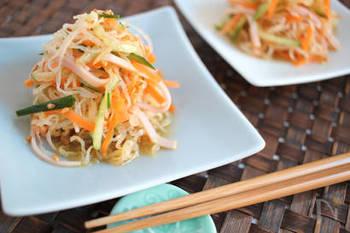 冷凍したしらたきを使って、食感の違いも楽しめるレシピ!5分で完成です。コリコリするので、キクラゲを買い忘れた中華風サラダにもおすすめ♪