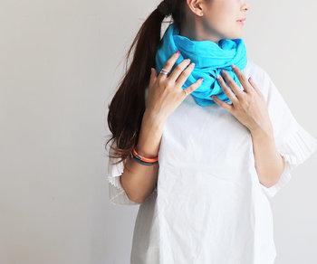 ふわりとやわらかな風合いが魅力のリネンストール。パープルやレモンなど青空の下で映えそうな色鮮やかなカラー展開が魅力です。  真っ白のTシャツやブラウスにターコイズカラーのストールをぐるぐる巻きにして。これだけでオシャレ上級者さんみたいな着こなしが叶います!