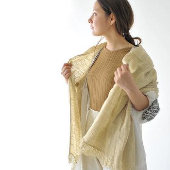 綿織物の町、愛媛県今治の老舗「みやざきタオル」が手がけたオーガニックコットンショール。空気を含んだふっくらと柔らかな生地は、赤ちゃんの肌がけとしても使えるほどの優しい肌触りです。大判サイズなので首に巻くだけでなく、腰に巻いたり膝に掛けたりとマルチに使えます。