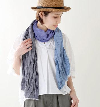 織り方や染め色の違う生地を使用した存在感のあるアイテム。巻き方によって色々な表情を見せるストールは、ワンピースやシャツにさらりと合わせるだけでコーデを格上げしてくれます。肌触りの良いフランス製の生地で、ストレスフリーの巻き心地◎。