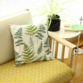 水彩絵の具で描いたような優しいタッチの植物柄が、ナチュラルなお部屋にもよくマッチします。
