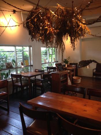 「モフモナ」は、同じ大学に通っていた友人3人で始めたお店とのこと。2002年のオープン以来、沖縄のカフェの草分け的存在として、観光客をはじめ、地域の方の憩いの場にもなっています。  木のインテリアがメインで、店内照明は少し暗め。広いテーブル席や窓際の席などがあり、好きな場所でゆったりできる雰囲気です。雑貨の販売スペースや本棚もあり、目的なしに訪れても、充実の時間を過ごせそう。