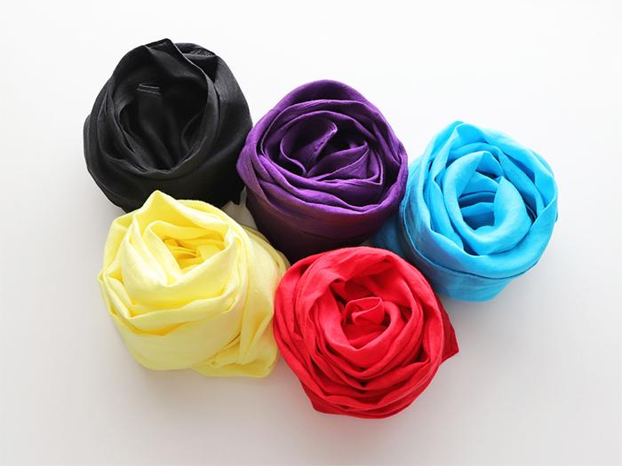 明るめカラーのストールもおすすめ。ビビッドカラーもストールのような小物なら取り入れやすいはずです◎。身に着けると気分が上がるようなお気に入りのカラーを選んでみて。