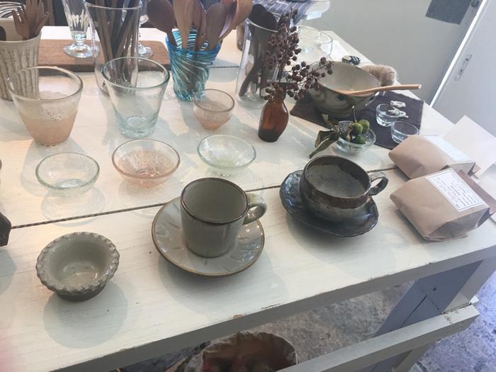 実は「モフモナ」、カフェ店舗でも雑貨を販売していますが、同じ建物の三階で、「mofgmona no zakka (モフモナノザッカ)」というショップを営業しています。沖縄の作家さんの陶器を中心に、ガラス、木工品など…手仕事の魅力がいっぱい。ぜひこちらも覗いてみてくださいね。