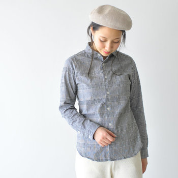 シャツメーカーならではの仕立ての良さを感じられるカラーシャツ。ポコポコとした波のようなシワが特徴の生地は清涼感があり、汗ばむ季節でもべたつかず心地良く過ごせます。大人に似合う上品で洗練された雰囲気も◎。