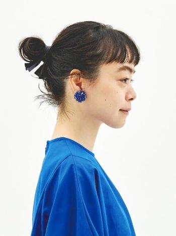 青のトップスとリンクさせて、青いお花のボリュームピアスを。顔周りがすっきりしたヘアスタイルの時は、青を入れてクールに華やかさをプラス。