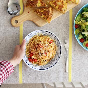 たっぷりのソースが美味しいクリーミー系のパスタは、ソースがこぼれない深さがあるお皿を選んでみて。オイル系のソースなら、フラットなお皿でも大丈夫。  深さがあるお皿と浅いお皿の2種類あれば、パスタの種類によって使い分けができて便利です。