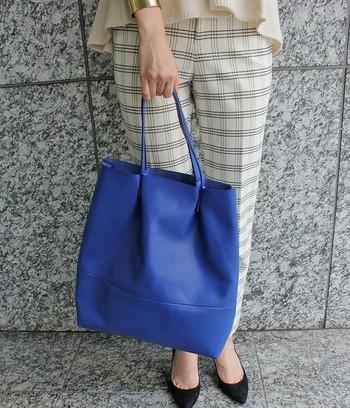 お仕事にもOKな色味代表の青。白ベースのモノトーンコーデには、青のバッグでスパイスを。チェック柄や黒との相性もいいですね。
