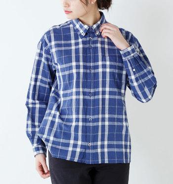 リラックス感たっぷりのシルエットながら、バランス良くすっきり見える優秀なシャツ。羽織りスタイルも様になります◎。デニムに合わせてカジュアルに着こなしても素敵ですが、キレイめパンツにも良く似合います。軽やかで清涼感ある生地感もこれからの季節にぴったり!