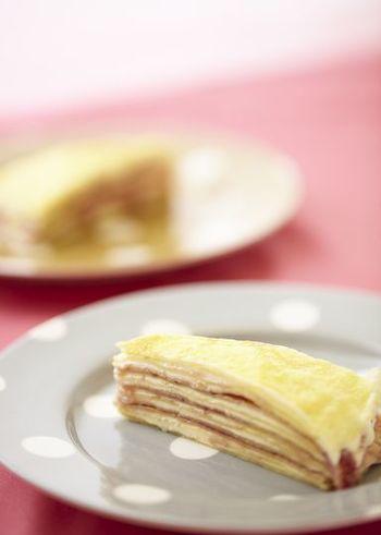 クレープのケーキと言えば、ミルクレープは外せません♪クレープにクリームやジャムを挟んで重ねていきましょう。お好みのジャムでアレンジもできますよ。食べるのがもったいなくなるほど美しい断面ですね~
