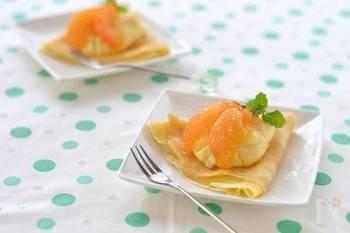 焼いたグレープフルーツをクレープの上に乗せたおしゃれなレシピ。カスタードクリームが甘さのアクセントになっています。ミントも飾れば爽やかですね。