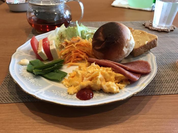 島産の食材を使った朝食も人気です。