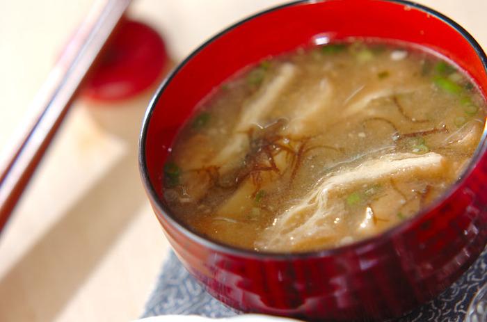 酢の物にして食べることが多いもずくですが、実はお味噌汁にもおすすめの具材。生姜やネギなどの薬味を合わせれば、立派な一品に。しめじなどのキノコ類とも相性がいいですよ。