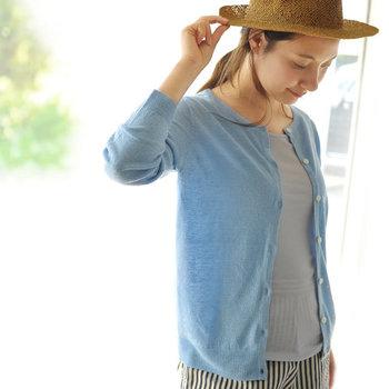 ニットメーカー生まれのブランド「mao made(マオメイド)」の合わせやすいリネンカーディガン。心地よい肌触りのリネン100%ファブリックには、紫外線を肌に通しにくくするUV加工が施されています。通気性・発散性に優れているので、汗をかく季節にもうれしい◎。