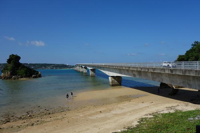古宇利島は、沖縄本島と古宇利大橋で結ばれているので、那覇空港から車やバスなどでアクセスできます。島の気分も味わいながらアクセスが便利なところが魅力です。