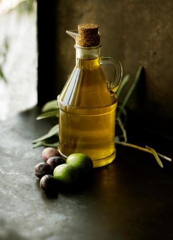 「オリーブ色」とは、地中海沿岸で日光をたっぷり浴びて育ったフレッシュなオリーブを連想させる、ほんのり黄身がかりくすんだ緑色のこと。
