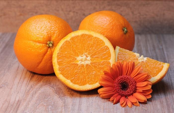 ぱっと目が覚めるようなオレンジは、夏の太陽のように元気なイメージ溢れる色味。予想以上に肌なじみが良いので、色の濃さ次第で、普段使いやポイントメイクとしても重宝します。