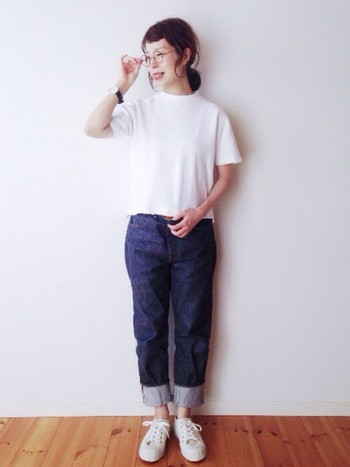 【基本アイテム】白Tシャツ+デニム+白スニーカー  究極のシンプルコーデですが、丸メガネや時計など小物使いで格上げ。デニムの裾をロールアップするのも◎です。