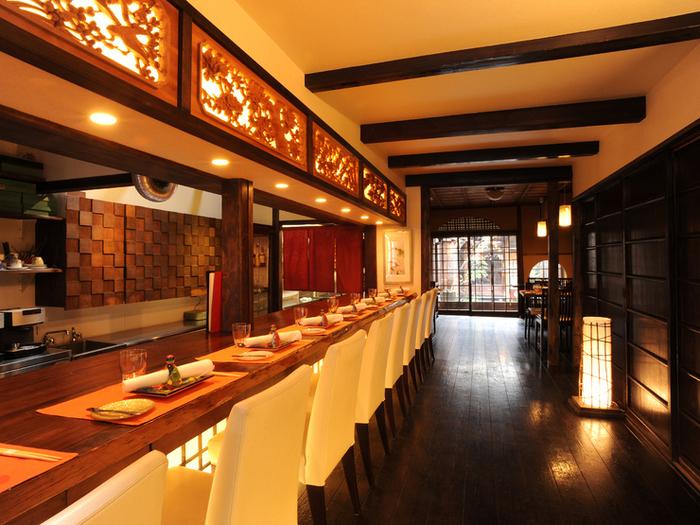築100年以上の町屋をリノベーションした店内は、和モダンで洗練された空間となっています。