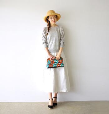コントラストが美しい刺繍バッグ。清楚なスカートスタイルに投入して、小粋なハズしを効かせましょう!