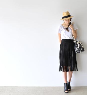 たっぷりのフリンジが揺れるタイトスカートは、プレーンなTシャツでその存在感を引き立てるのが◎。全身に安定感が生まれるよう、サンダルはボリュームのあるブーツライクなものをチョイス!