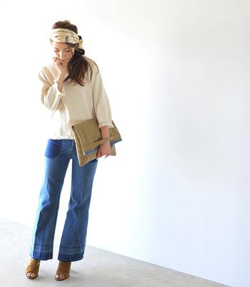 ツートンカラーのワイドデニムでヒッピーらしいスタイルに。ターバンとクラッチバッグも投入して、さらにその雰囲気を盛り上げます。