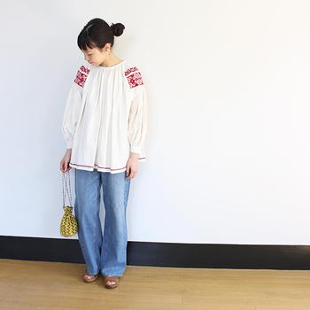 いつものデニムを、フォーキートップスでフレッシュにイメージチェンジ!鮮やかなレッドの刺繍が、柔らかいホワイト地に映えています。