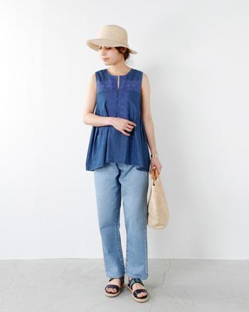ナチュラル素材の帽子とバッグは、これからの季節に常備しておきたい小物セット。トップス&ボトムはブルーのワントーンにして爽やかに♪
