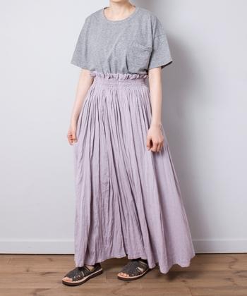 初夏にまといたくなる、Tシャツとスカートのコーディネート。Tシャツがラフでも、ギャザーのおかげでエレガントな雰囲気はきちんとキープできます。