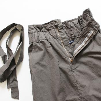 共布のリボンが一緒になったスカートは、嬉しいスタイルアップ効果アリ!フロントでキュッと結んで、ちょっぴりガーリーな着こなしを楽しみましょう♪