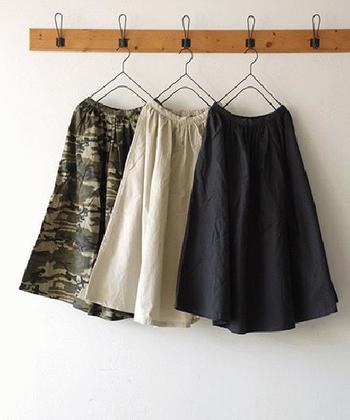 腰の窮屈感を軽減してくれる、ウエストゴムのスカート。確かに快適なアイテムではありますが、着方によってはオバサン臭くなることもしばしば…。 そこで今回は、おしゃれ見えが叶うウエストゴムスカートや、その着こなしテクニックをご紹介します!