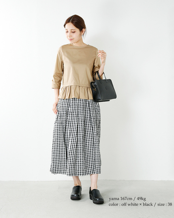 腰でいったんくびれてから広がるAライントップスは、着るだけでメリハリが出る優れもの。フリルがドッキングされたデザインなら、女性らしい華やかさも十分です。