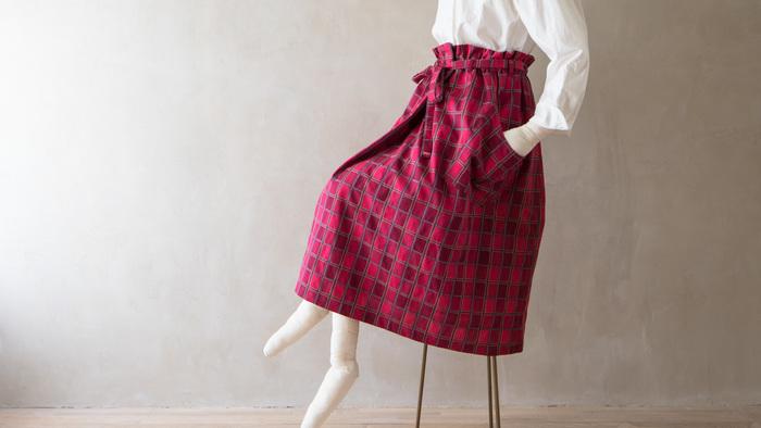 ストレスフリーな装いに欠かせない、ウエストゴムのスカート。選び方や着方を工夫することで、さらにこなれた着こなしが完成します。ぜひ参考にして、エフォートレスなスカートスタイルを楽しんでくださいね♪