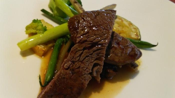 ランチは、肉と魚がメインのコースと、おすすめ料理がメインになったコースの2種類。いずれも食後はエスプレッソが付きます。