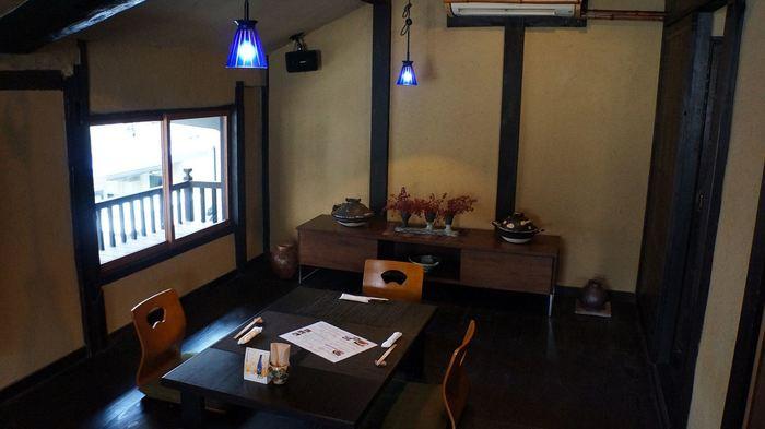 元は乾物屋だった町屋を改装しています。個室はありませんが、ゆっくりくつろげる雰囲気です。