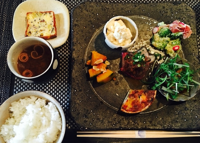 野菜・お肉・魚をバランスよく取り入れた「omo cafeごはんプレート」。色々なおかずを楽しめるのが嬉しいですね。