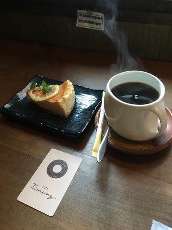 その他、箱根湯本の自然景観や古民家の風情を活かしたカフェや、地元に根付いた喫茶店も数々あり、ゆったりとした一時も楽しめます。  【箱根湯本の人気のカフェ「Timuny.(ティムニー)」。落ち着いた雰囲気の店内からは、早川と豊かな緑が望める。(画像は『ベイクドチーズケーキ』)】