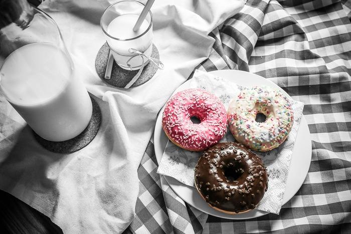 小分けのお菓子にする・ヨーグルトやナッツで代用する・お菓子の時間を決めるなど、一度食べたら止まらないお菓子だからこそ誘惑に負けない工夫をしましょう。一切やめるのではなく、身体と心に良い「適量」を見直して。