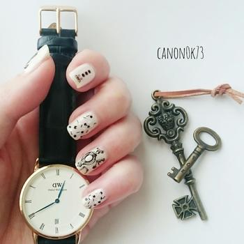 王道のオーセンティックな腕時計は、独特のヴィンテージ感が魅力。そのアンティークっぽさをネイルの色と柄で表現すれば、さらにモダンな雰囲気が出てきます。