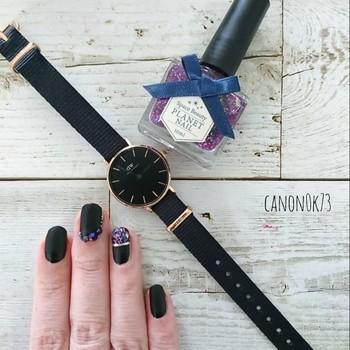大人の艶やかさを出したいときは、やっぱりミステリアスなパープルに頼るのがイチバン!ベースは時計と同じブラックにして、ノーブルなテイストに引っ張りましょう。
